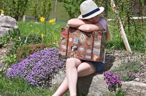 femme pieds nus avec valise