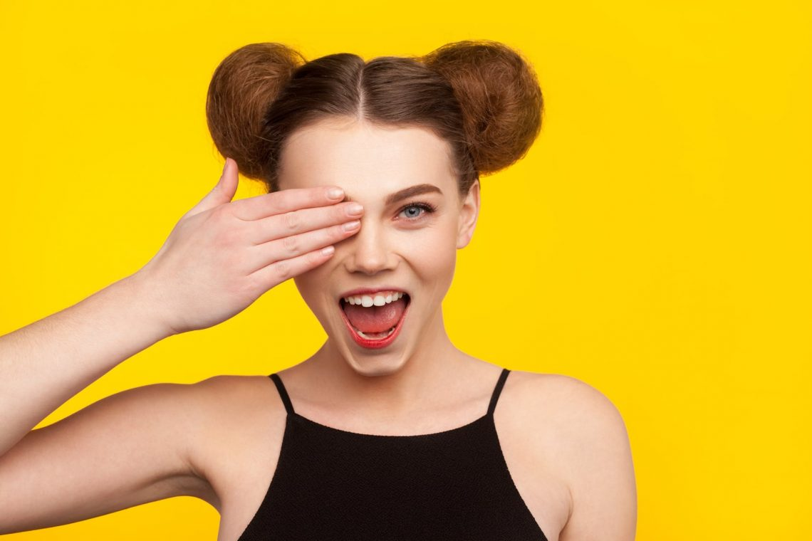 jeune femme sur fond jaune