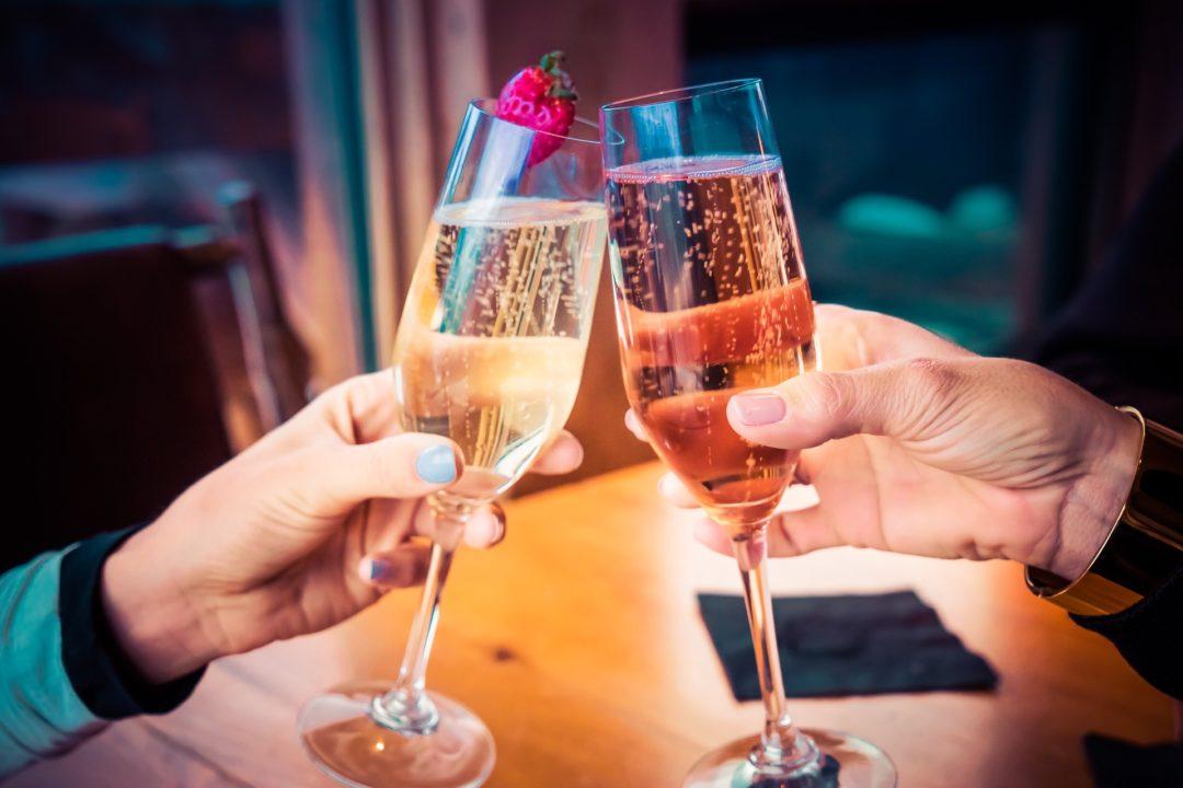 femmes et homme avec verre de champagne